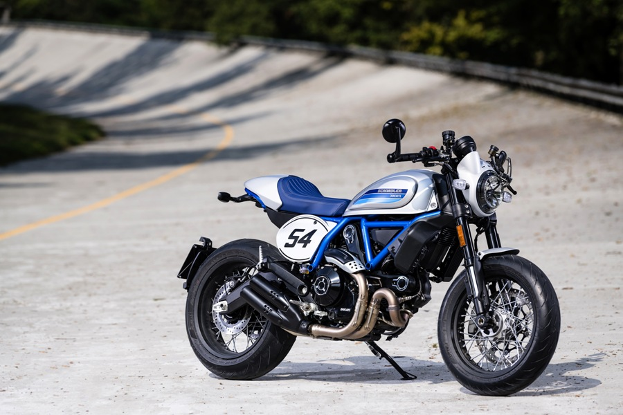 Ducati Scrambler Cafe Racer ambience 05 UC67940 Mid