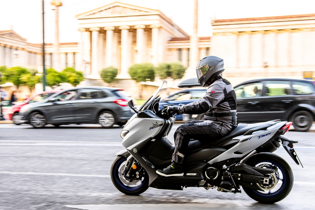 Yamaha TMAX 560 action 2