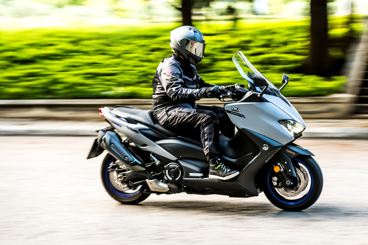 Yamaha TMAX 560 action 3